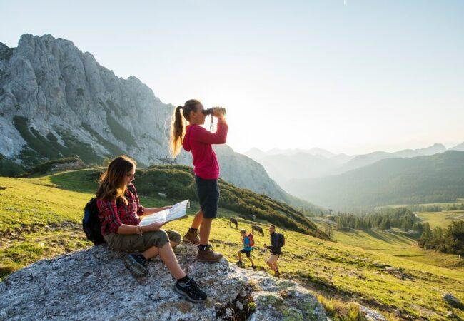 Hoja, pohodništvo in joga pomagajo izboljšati fizično in duševno zdravje.