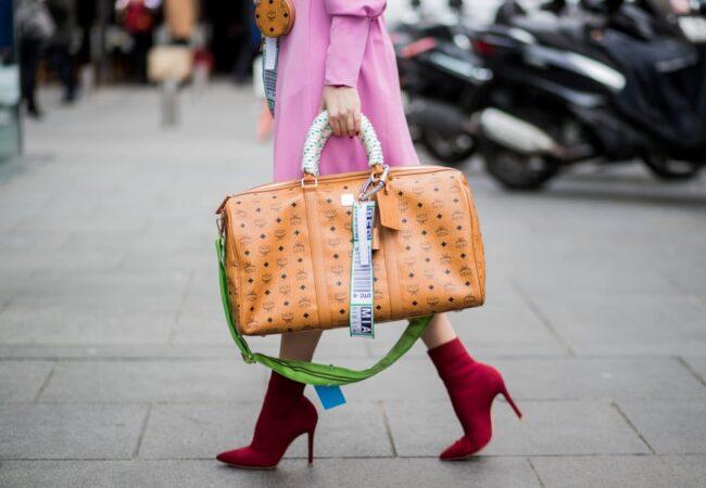 Nasvidenje mikro torbice, prihajajo aktualne torbice velikanke v katerih imate lahko tudi sendvič, solato ali kavo.