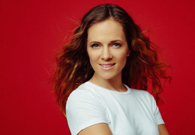 Nina Pušlar s pesmijo podpira gluhe in naglušne
